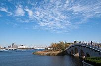 蓝天白云下的城市公园
