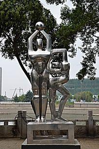 马路边的雕塑之男人女人