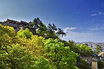 崆峒山的寺庙和绿树