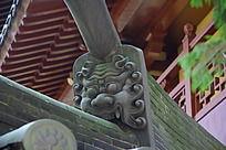 一个怪兽面具石雕