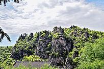 高耸的崆峒山峭壁