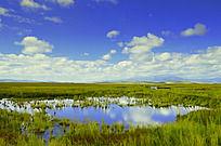 高原上明镜般的水塘
