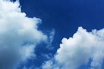 蓝天上两边白云分裂