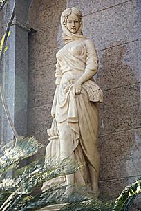提着裙子的行人女人石雕