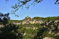 远望悬崖边的寺庙