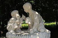 两个在讨论梦想的小孩雕塑