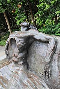 仰着头的人物铜雕