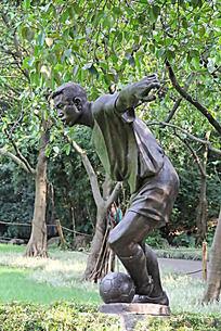 准备踢足球的铜雕