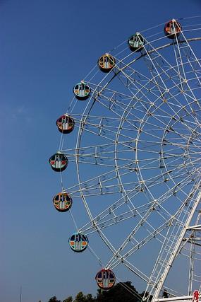 蓝色的天空和白色摩天轮