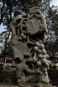 雕刻有动物和枝叶的灰色大石头