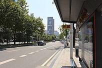 公交站牌和街道