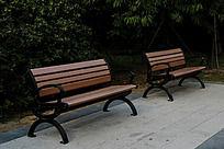 公园里的两条长椅