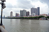 广州珠江和岸边的楼群