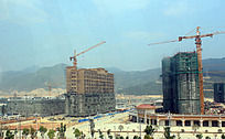 贵安欢乐世界的摩天轮里俯视工地建筑