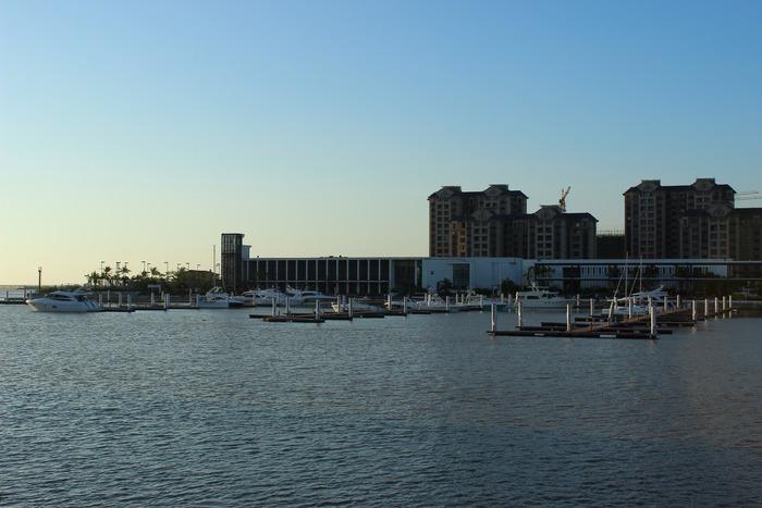 海口新埠岛国际游艇会码头风光图