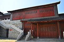 红色两层楼房