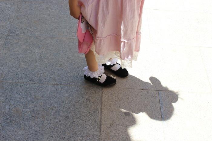 脚穿布鞋女生黑花边的小女孩袜子图片快走路图片