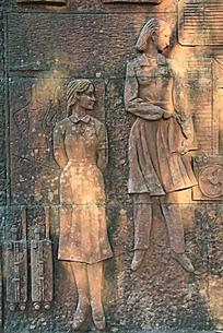两个女性人物雕塑