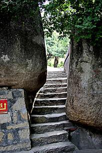 两块大石头中的石头阶梯