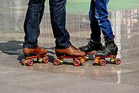 溜冰场里的父与女的脚部