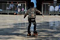 溜冰场上学习溜冰的儿童背影