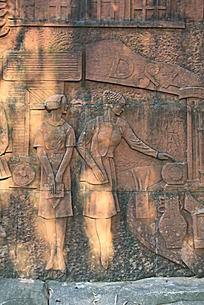 墙壁上的两个女性雕塑