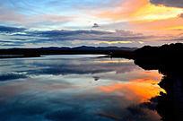 日落时天空变幻的云彩