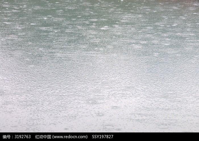 原创摄影图 自然风景 江河湖泊 水面上的雨点  请您分享: 素材描述