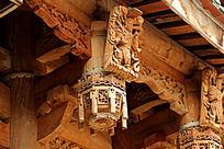 寺庙横梁上的中国式花纹雕刻特写