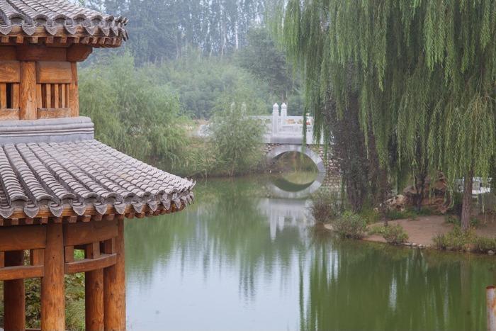 园亭一角和水面小桥柳树倒影