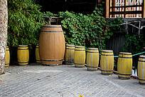 成排的葡萄酒桶