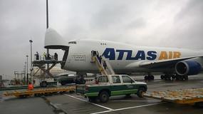 飞机装卸货物工作场景