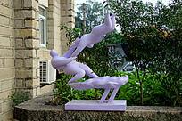 飞转的人物雕塑