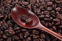 勺子里的咖啡豆