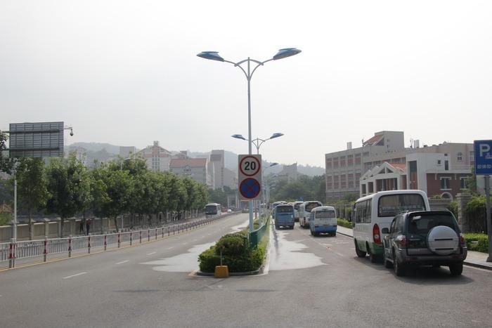 大马路和路灯