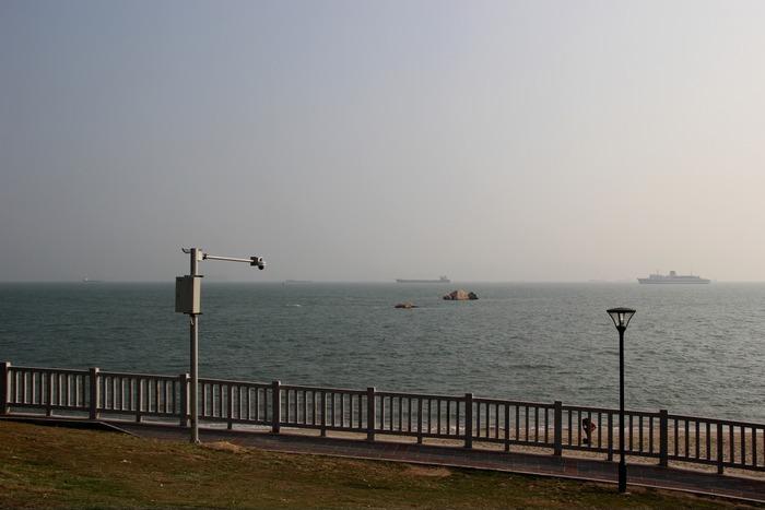 海边的休闲石柱围栏人行道图片高清图片