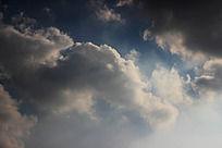 蓝色天空下的白云