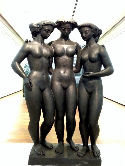 三个裸体女人雕塑图片