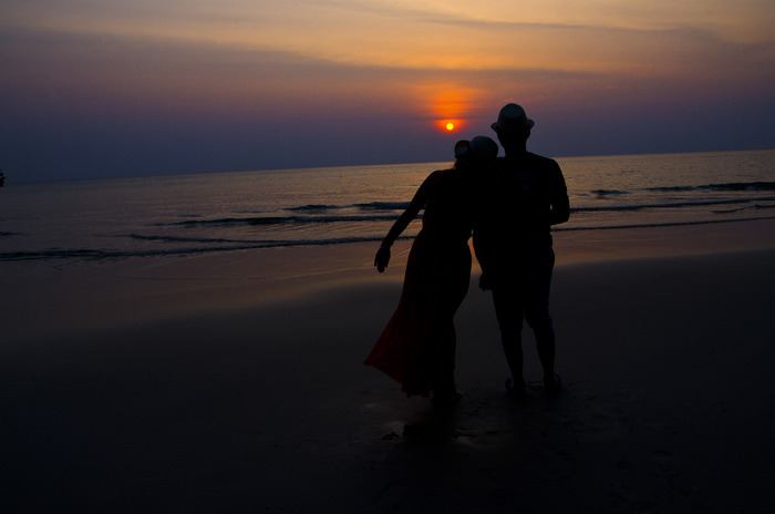 夕阳下海滩上的情侣图片