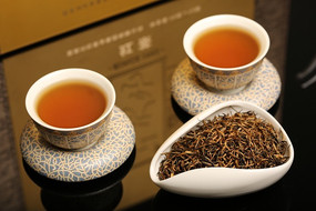 红茶汤色和茶荷