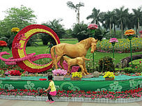 花圈旁边哺乳小马的大马匹雕像