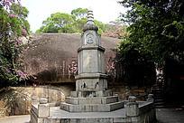 南普陀山上的石塔亭台
