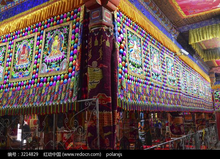 塔尔寺寺庙里彩色的布匹图片