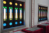 展馆墙上漂亮的西式彩窗