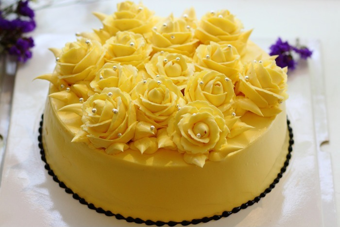 银色珠子装饰的奶油霜玫瑰花蛋糕