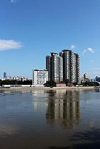 蓝天下江心公园对岸建筑及湖面倒影景