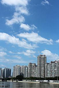 闽江建筑上由浅至深的白云在蓝天中