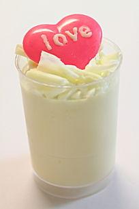 LOVE心形装饰的榴莲慕斯杯蛋糕