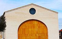 黄木门和圆天窗的屋子