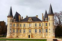 尖顶和黄石头墙的城堡